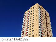 Купить «Многоэтажный жилой дом», фото № 1642892, снято 29 июля 2009 г. (c) Losevsky Pavel / Фотобанк Лори