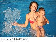 Купить «Мама с ребенком в воде», фото № 1642956, снято 16 июня 2019 г. (c) Losevsky Pavel / Фотобанк Лори