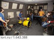 Купить «Репетиция рок-группы», фото № 1643388, снято 26 октября 2009 г. (c) Losevsky Pavel / Фотобанк Лори