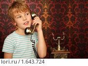 Купить «Мальчик со старинным телефоном», фото № 1643724, снято 10 ноября 2009 г. (c) Losevsky Pavel / Фотобанк Лори