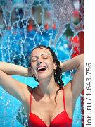 Купить «Веселая девушка в аквапарке», фото № 1643756, снято 10 июля 2009 г. (c) Losevsky Pavel / Фотобанк Лори