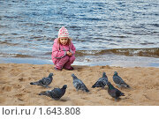 Купить «Девочка кормит голубей», фото № 1643808, снято 7 октября 2009 г. (c) Losevsky Pavel / Фотобанк Лори