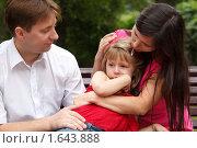 Купить «Родители успокаивают плачущую дочку», фото № 1643888, снято 4 сентября 2009 г. (c) Losevsky Pavel / Фотобанк Лори