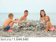 Купить «Мальчик фотографирует свою семью на пляже», фото № 1644640, снято 16 июля 2009 г. (c) Losevsky Pavel / Фотобанк Лори