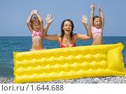 Купить «Мама с дочками и надувным матрасом», фото № 1644688, снято 19 июля 2009 г. (c) Losevsky Pavel / Фотобанк Лори