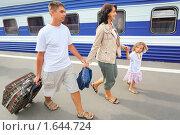 Купить «Счастливая семья с чемоданами идет по перрону», фото № 1644724, снято 23 июля 2009 г. (c) Losevsky Pavel / Фотобанк Лори