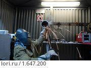 Сварщик заваривает катушку. Стоковое фото, фотограф Евгений Волдаев / Фотобанк Лори