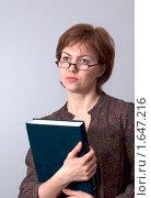 Девушка студентка с большой книгой и в очках. Стоковое фото, фотограф Марина М. / Фотобанк Лори