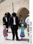 Купить «Раввин с детьми. Иерусалим. Стена плача. Израиль», фото № 1648164, снято 30 августа 2009 г. (c) Кузнецов Дмитрий / Фотобанк Лори