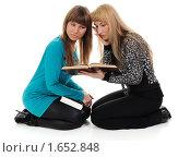 Купить «Две девушки с книгами», фото № 1652848, снято 4 февраля 2010 г. (c) Валерий Александрович / Фотобанк Лори