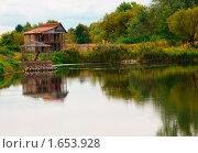 Купить «Домик у озера», фото № 1653928, снято 27 сентября 2009 г. (c) Ирина Литвин / Фотобанк Лори