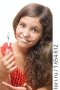 Купить «Девочка с зубной щеткой и пастой», фото № 1654612, снято 23 октября 2019 г. (c) Яна Гуляновская / Фотобанк Лори