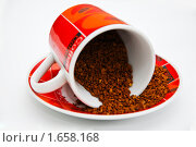 Купить «Кофе высыпается из красной чашки на блюдце», фото № 1658168, снято 21 апреля 2010 г. (c) Куликова Вероника / Фотобанк Лори