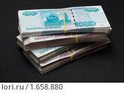Купить «Пачки бумажных денег - рубли крупно на черном фоне», фото № 1658880, снято 19 ноября 2018 г. (c) Виктор Савушкин / Фотобанк Лори