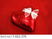 Купить «Шоколадное сердце на красном фоне», фото № 1662376, снято 26 апреля 2010 г. (c) Сергей Левыкин / Фотобанк Лори