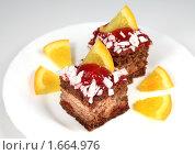 Купить «Шоколадное пирожное c апельсиновыми дольками», фото № 1664976, снято 9 октября 2009 г. (c) ElenArt / Фотобанк Лори