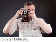 Мужчина с фотоаппаратом. Стоковое фото, фотограф Ошвинцев Александр / Фотобанк Лори