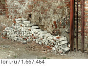 Кирпичи у стены. Стоковое фото, фотограф Петр Бюнау / Фотобанк Лори