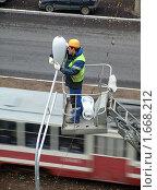 Мужчина меняет лампы уличного освещения (2007 год). Редакционное фото, фотограф Ольга Спиркина / Фотобанк Лори