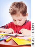 Купить «Мальчик рисует фломастерами», фото № 1673984, снято 30 марта 2010 г. (c) Майя Крученкова / Фотобанк Лори