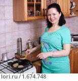 Купить «Женщина жарит котлеты», эксклюзивное фото № 1674748, снято 3 мая 2010 г. (c) Мария Зубарева / Фотобанк Лори