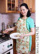 Купить «Женщина жарит котлеты», эксклюзивное фото № 1674752, снято 3 мая 2010 г. (c) Мария Зубарева / Фотобанк Лори