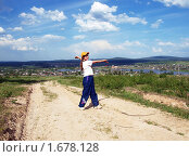Ребенок на фоне Уральских гор. Поселок Висим, Свердловская область, фото № 1678128, снято 6 июня 2009 г. (c) Евгений Ткачёв / Фотобанк Лори