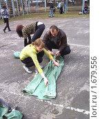Преподаватель ОБЖ помогает учащейся укладывать ОЗК (2010 год). Редакционное фото, фотограф Юрий Зуев / Фотобанк Лори