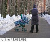 """Купить «Москва. Городской пейзаж. Женщина с ребенком гуляет в """"Парке Дружбы""""», эксклюзивное фото № 1688092, снято 10 марта 2010 г. (c) lana1501 / Фотобанк Лори"""