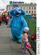 Купить «Человек в костюме голубого слона», эксклюзивное фото № 1689244, снято 9 мая 2010 г. (c) Валентина Качалова / Фотобанк Лори