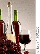 Натюрморт с вином и виноградом на стеклянном столе. Стоковое фото, фотограф Толоконов Дмитрий Львович / Фотобанк Лори