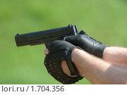Пистолет в руках (2010 год). Редакционное фото, фотограф Андрей Филиппов / Фотобанк Лори