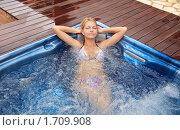 Девушка расслабляется в джакузи. Стоковое фото, фотограф Дмитрий Рогатнев / Фотобанк Лори
