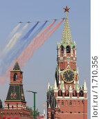Купить «Триколор над Красной площадью. Фронтовые штурмовики Су-25 рисуют российский флаг на параде 9 мая 2010 года в Москве», эксклюзивное фото № 1710356, снято 9 мая 2010 г. (c) Дмитрий Неумоин / Фотобанк Лори