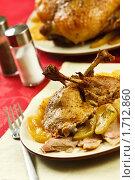 Купить «Порция утки с яблоками», эксклюзивное фото № 1712860, снято 18 мая 2010 г. (c) Лисовская Наталья / Фотобанк Лори