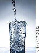 Вода льется через край стакана. Стоковое фото, фотограф Андрей Цалко / Фотобанк Лори