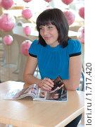 Купить «Девушка листает журнал», эксклюзивное фото № 1717420, снято 13 мая 2010 г. (c) Вячеслав Палес / Фотобанк Лори