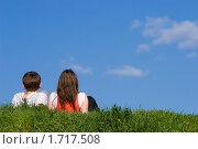 Парень и девушка сидят на траве на фоне синего неба. Стоковое фото, фотограф Татьяна Метельская / Фотобанк Лори