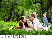 Купить «Молодая пара на пикнике», фото № 1721380, снято 14 мая 2010 г. (c) Raev Denis / Фотобанк Лори