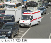 Купить «Автомобиль скорой помощи в пробке», эксклюзивное фото № 1723156, снято 19 мая 2010 г. (c) Алёшина Оксана / Фотобанк Лори