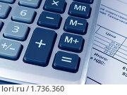Калькулятор лежит на счете. Стоковое фото, фотограф Анастасия Репина / Фотобанк Лори