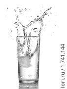 Вода  в стакане изолированно на белом фоне. Стоковое фото, фотограф Виталий Радунцев / Фотобанк Лори