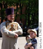 Настоятель с иконой в детском доме (2010 год). Редакционное фото, фотограф Галина Гаврилова / Фотобанк Лори