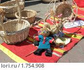 Мочальные куклы и плетеные корзины на тканном половике. Стоковое фото, фотограф Багира / Фотобанк Лори