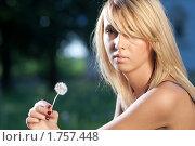 Купить «Портрет девушки с одуванчиком», фото № 1757448, снято 31 мая 2010 г. (c) Андрей Батурин / Фотобанк Лори