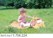 Купить «Маленькая девочка на пикнике», фото № 1758224, снято 6 июня 2010 г. (c) Дарья Петренко / Фотобанк Лори