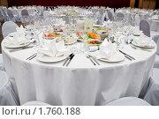 Белый круглый сервированный стол в ресторане перед банкетом. Стоковое фото, фотограф Кекяляйнен Андрей / Фотобанк Лори
