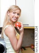 Купить «Улыбающаяся девушка с помидором», фото № 1767324, снято 22 июня 2008 г. (c) Михаил Лукьянов / Фотобанк Лори