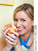 Купить «Девушка ест яблоко», фото № 1767388, снято 22 июня 2008 г. (c) Михаил Лукьянов / Фотобанк Лори