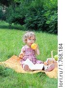 Купить «Маленькая девочка с фруктами», фото № 1768184, снято 6 июня 2010 г. (c) Дарья Петренко / Фотобанк Лори